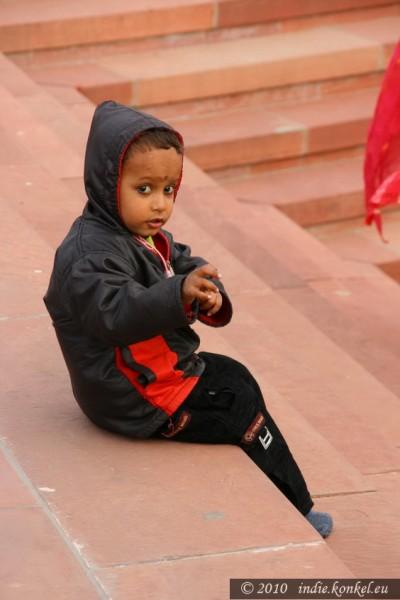 Mały rozkminiacz na schodach Czerwonego Meczetu