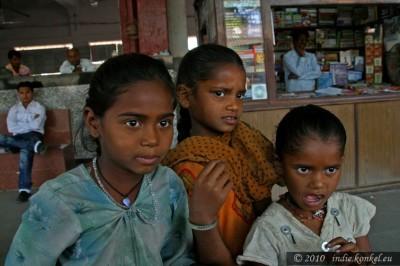 Trzy zadymiarskie siostry. Przed wyjazdem do Mumbai.